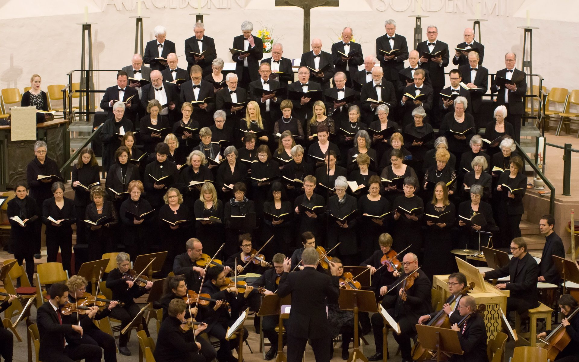 photo of the joint choirs performing in the Dreifaltigkeitskirche in April 2017